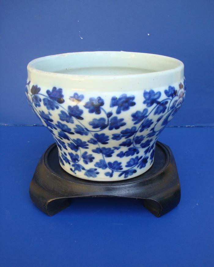 CHINESE BLUE AND WHITE CACHE POT
